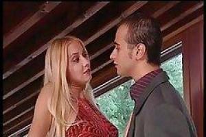 Девушка получает ее милую маленькую задницу и берет большой груз горячей спермы глубоко в ее задницу